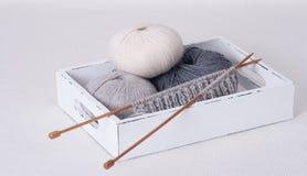 Accessori di lavoro a maglia Palle del filato Fotografia Stock