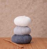 Accessori di lavoro a maglia Palle del filato Immagine Stock Libera da Diritti