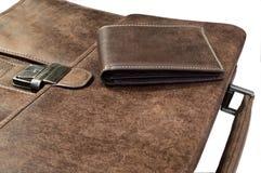 Accessori di modo degli uomini: insieme della borsa e della cartella sulla parte posteriore bianca fotografia stock libera da diritti