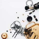 Accessori di modo neri della donna, decorazioni dell'oro e maschera nera del pizzo fotografia stock