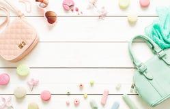 Accessori di modo pastelli per le ragazze su bianco Fotografia Stock