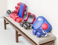 Accessori di pugilato sul banco per l'allenamento Fotografia Stock