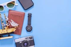 Accessori di viaggio di estate dell'oceano sullo spazio blu della copia Immagini Stock Libere da Diritti