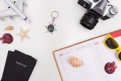 Accessori di viaggio di estate su fondo bianco fotografie stock