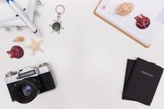 Accessori di viaggio di estate su fondo bianco fotografia stock