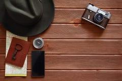 Accessori di viaggio su fondo di legno Fotografie Stock