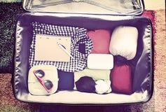 Accessori di viaggio in una valigia Annata tonificata Fotografie Stock