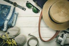 Accessori di vista superiore da viaggiare con l'abbigliamento delle donne fotografie stock
