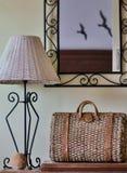 Accessori domestici di vimini degli elementi della decorazione sulla tavola nel corridoio Fotografia Stock