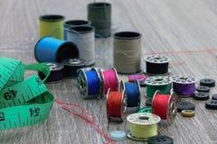Accessori e abbigliamento dell'indumento che riparano attrezzatura fotografie stock libere da diritti