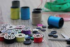 Accessori e abbigliamento dell'indumento che riparano attrezzatura fotografie stock