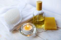 accessori e candele della stazione termale su fondo bianco Fotografie Stock