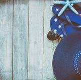 Accessori e cappello di paglia prendenti il sole Immagini Stock Libere da Diritti
