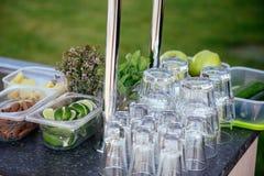 Accessori ed ingredienti per il cocktail alla barra all'aperto Fotografie Stock