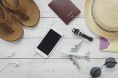 Accessori essenziali di vista superiore da viaggiare Fotografia Stock Libera da Diritti