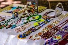 Accessori fatti a mano alla moda per le donne Collane e braccialetti decorativi delle perle Immagini Stock