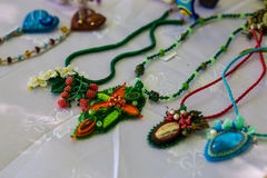 Accessori fatti a mano alla moda per le donne Collane e braccialetti decorativi delle perle Immagini Stock Libere da Diritti