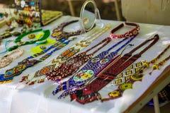 Accessori fatti a mano alla moda per le donne Collane e braccialetti decorativi delle perle Fotografia Stock
