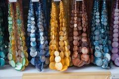 Accessori fatti a mano del metallo o dell'argento in un bazar Fotografia Stock Libera da Diritti