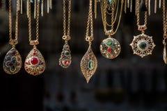 Accessori fatti a mano del metallo o dell'argento in un bazar Fotografie Stock Libere da Diritti