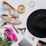 Accessori femminili alla moda e peonie rosa su backgroun bianco Immagine Stock Libera da Diritti