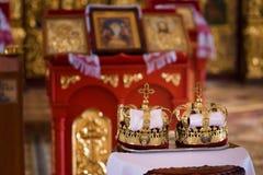 Accessori ortodossi di nozze compreso due corone Immagini Stock Libere da Diritti