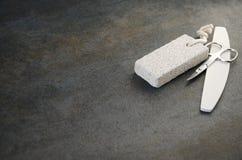 Accessori per cura dell'unghia sulla tavola grigia fotografia stock libera da diritti