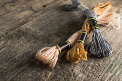 Accessori per gli hobby: colori differenti del filo per il embroide immagini stock libere da diritti