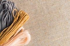 Accessori per gli hobby: colori differenti del filo per ricamo Immagini Stock Libere da Diritti