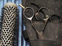 Accessori per i tagli di capelli Forbici e pettine per capelli fotografia stock