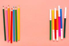 Accessori per il disegno - matite e pennarelli colorati immagini stock