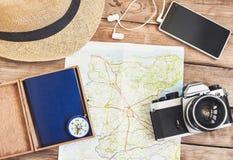 Accessori per il viaggio Il passaporto, la macchina fotografica della foto, lo Smart Phone ed il viaggio tracciano Vista superior Fotografia Stock