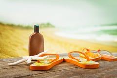 Accessori prendenti il sole disposti sulle plance alla spiaggia Fotografia Stock
