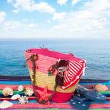 Accessori prendenti il sole isolati sull'asciugamano Immagine Stock