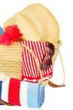 Accessori prendenti il sole nella borsa della paglia Fotografia Stock Libera da Diritti