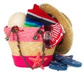 Accessori prendenti il sole nella borsa rosa della paglia Fotografia Stock Libera da Diritti