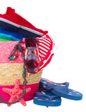 Accessori prendenti il sole nella borsa rosa della paglia Fotografia Stock