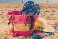 Accessori prendenti il sole sulla spiaggia sabbiosa Immagini Stock Libere da Diritti