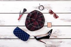 Accessori a quadretti di lana di trucco del cosmetico e del cappello, disposizione piana Fotografia Stock Libera da Diritti