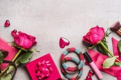 Accessori rosa delle donne per il giorno o la datazione di biglietti di S. Valentino: il mazzo di rose, cuori, regali, compone, i Fotografia Stock Libera da Diritti