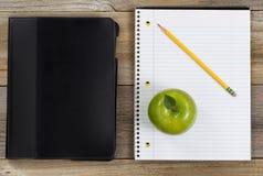 Accessori semplici per la scuola o l'ufficio sui bordi di legno rustici Fotografie Stock Libere da Diritti