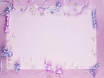 Accessorie de las bodas en una tarjeta Imágenes de archivo libres de regalías