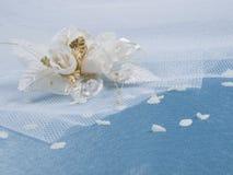 Accessorie de las bodas un ojal y pétalos Fotos de archivo