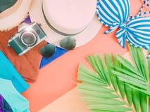 Accessorie del paño del verano de la muchacha con la hoja de palma, la cámara y la playa h Imagen de archivo libre de regalías