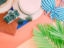 Accessorie del paño del verano de la mujer con la hoja de palma, la cámara y la playa Imagenes de archivo
