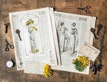 Accessorie nostálgico del vintage de la revista de moda de la antigüedad del fondo Fotografía de archivo