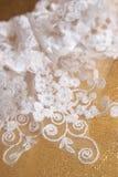 Accessorio di cerimonia nuziale - una giarrettiera Fotografie Stock