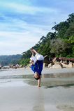 Acción acrobática del instructor del capoeira en la playa Fotos de archivo libres de regalías