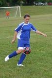 Acción adolescente del fútbol de la juventud en campo Imagen de archivo libre de regalías