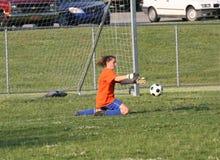 Acción adolescente del portero del fútbol de la juventud Fotos de archivo libres de regalías